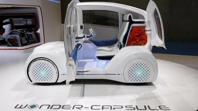 Toyotapamer mobil konsepWonder-Capsuleyang memiliki ukuran panjang 2,5 m serta interior yang menyala di kegelapan. ( REUTERS/Kim Kyung-Hoon)