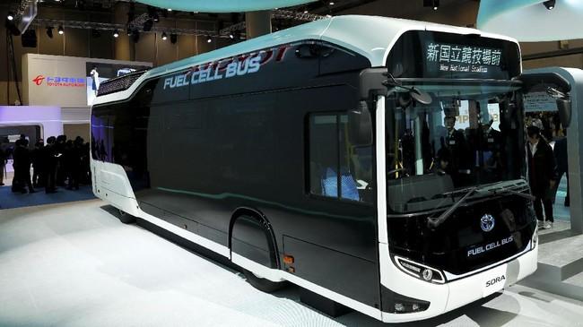 Toyotaikutan pamer bus Sora yang akan mulai mengaspal di jalanan Tokyotahun depan. Sekitar 100 unit Sora akan disiapkan untuk uji coba jelang pesta Olimpiade pada 2020 mendatang. (REUTERS/Kim Kyung-Hoon)