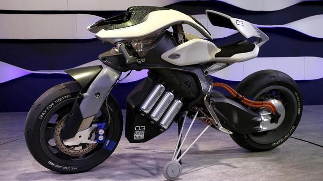 YamahaMOTOROiD menjadi kendaraan konsep roda dua yang telah disematkan kecerdasan buatan (AI)agar pengendara bisa berkomunikasi dan berinteraksi dengan motor.(REUTERS/Toru Hanai)