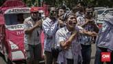 Massa menuntut pemerintah membatalkan PHK dan mengangkat seluruh awak mobil tangki Pertamina menjadi karyawan tetap. (CNN Indonesia/Adhi Wicaksono).