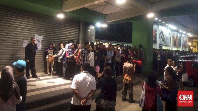 Ratusan Orang Antri Demi Diskon Sport Station di Lotus