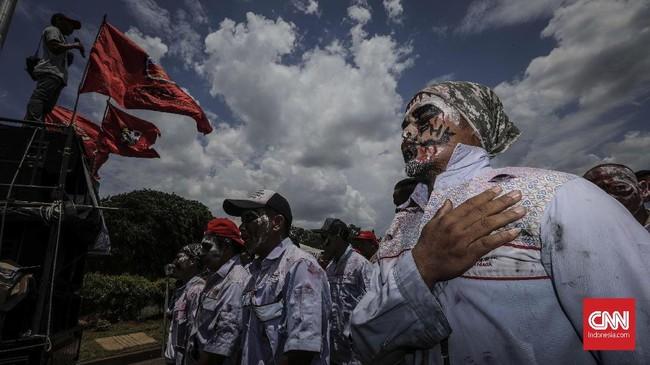Awak mobil tangki Pertamina mengecam aksi PHK sepihak melalui SMS kepada 1.095 karyawan. (CNN Indonesia/Adhi Wicaksono).