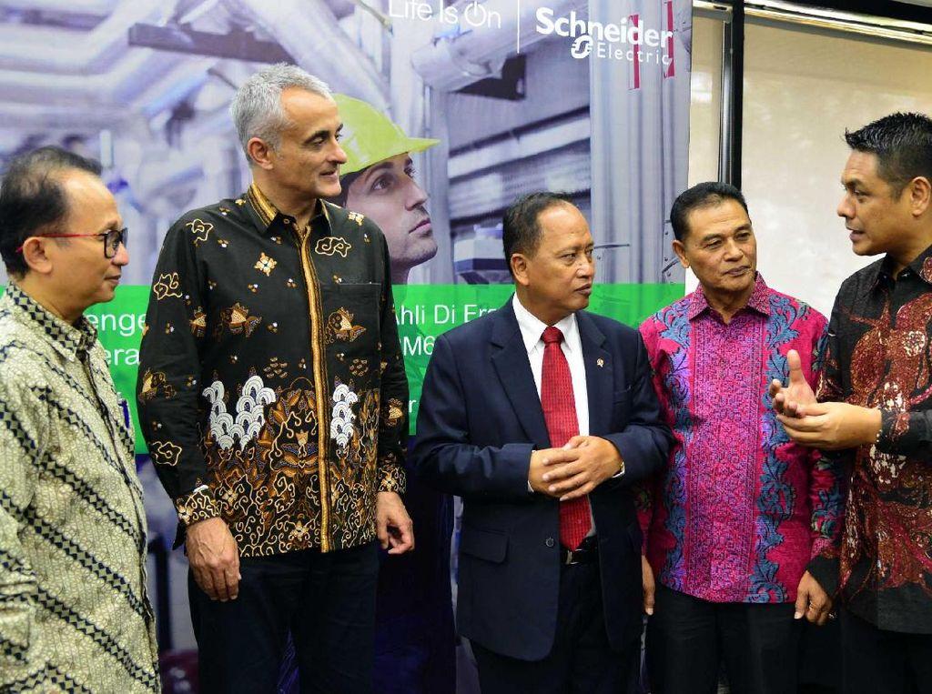 Donasi produk panel tegangan menengah (RM6) tersebut ditujukan kepada 30 fakultas teknik dan politeknik yang tersebar di berbagai wilayah di Indonesia dari 'Schneider Electric' berupa 60 unit. Foto: dok. Kemenristek Dikti