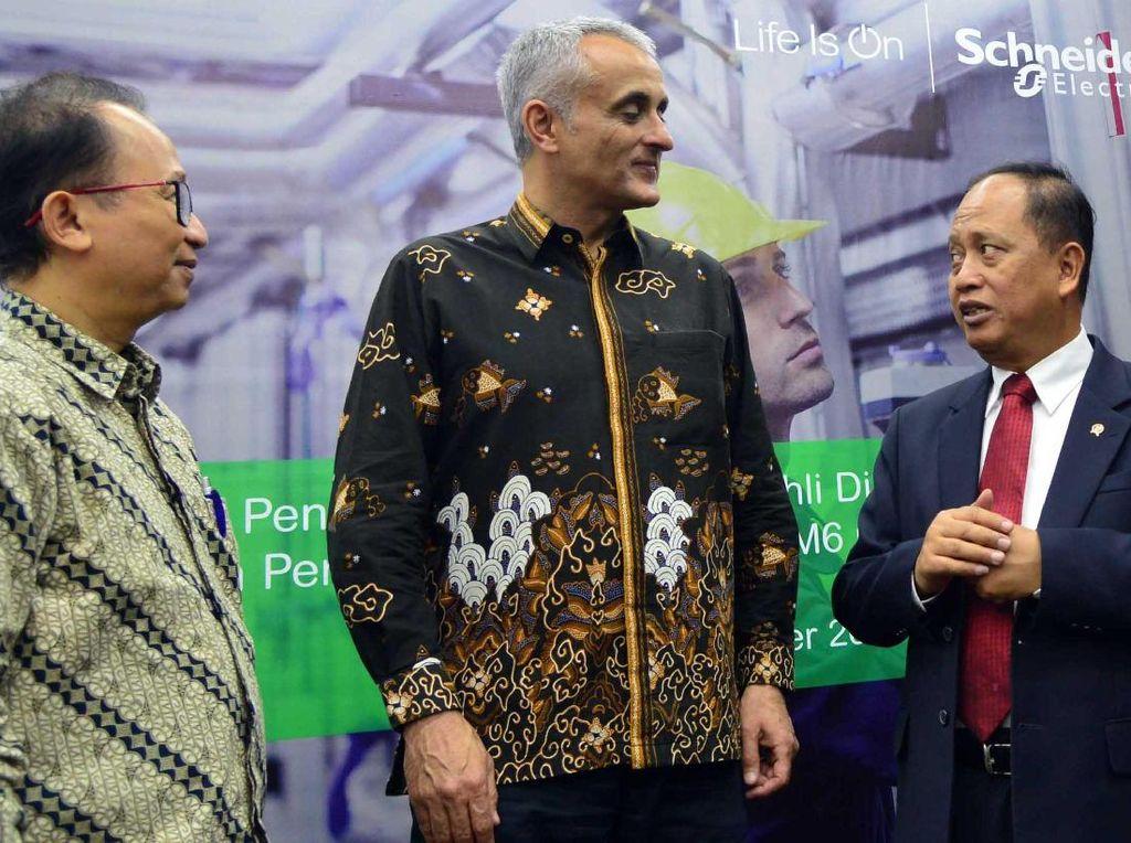 Menteri Ristek dan Dikti, Muhammad Nasir berbincang dengan Country President Schneider Electric Indonesia, Xavier Denoly saat acara donasi produk panel tegangan menengah (RM6) di Jakarta, Kamis (16/10). Foto: dok. Kemenristek Dikti
