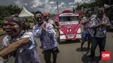 Massa yang berdandan seperti 'zombie' itu melakukan long march dari kantor LBH menuju Istana Negara dengan membawa replika truk tangki Pertamina. (CNN Indonesia/Adhi Wicaksono).
