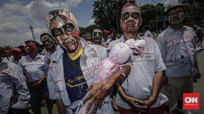 Massa berharap Presiden Joko Widodo turun langsung menyelesaikan masalah tersebut antara karyawan awak mobil tangki Pertamina dengan manajemen. (CNN Indonesia/Adhi Wicaksono).