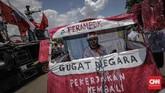 Massa yang tergabung dalam buruh awak mobil tangki (AMT) Pertamina kembali menggelar unjuk rasa di depan Istana Merdeka, Jakarta, Kamis (26/10). (CNN Indonesia/Adhi Wicaksono).