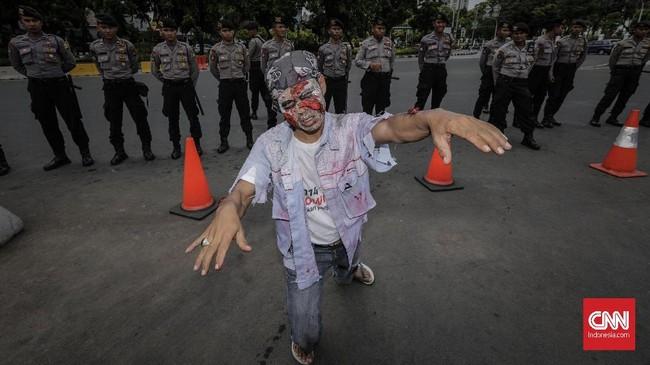 Puluhan polisi diturunkan guna mengamankan jalannya aksi demo buruh awak mobil tangki Pertamina. (CNN Indonesia/Adhi Wicaksono).