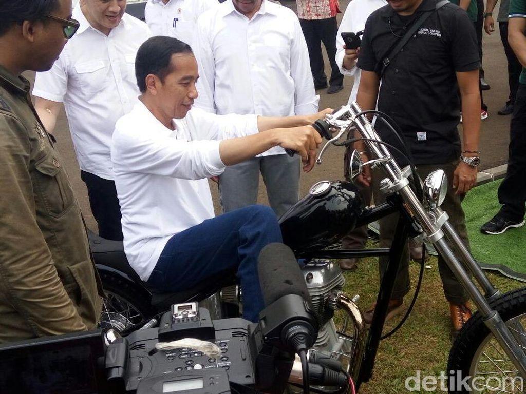 Saat acara Sumpah Pemuda 28 Oktober 2017 lalu di Istana Bogor, Jokowi kepincut motor Chopper warna hitam. Ia pun menunggangi motor tersebut. Foto: Bagus Prihantoro Nugroho/detikcom