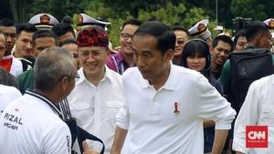Aksi Dorong Ketika Jokowi Meninjau Pasar Aksara Medan