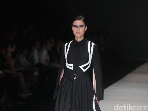 Busana Unisex Hingga Inspirasi Tsunami Tutup Jakarta Fashion Week 2018