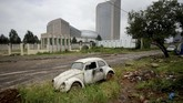 Di sebuah garasi tua di Addis Ababa, Ethiopia VW Bettle tua berusia 50 tahun berhasil dihidupkan kembali dari 'mati suri' oleh sang pemilik Kinfe Abera.(REUTERS/Tiksa Negeri)