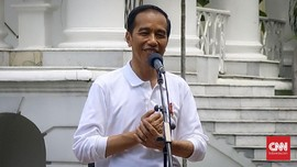 Tiba di Lokasi Pesta Adat, Presiden Jokowi Diberi Ulos