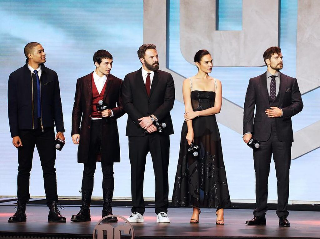 Cantiknya Gal Gadot Pakai Gaun Menerawang Dior di Premier Justice League