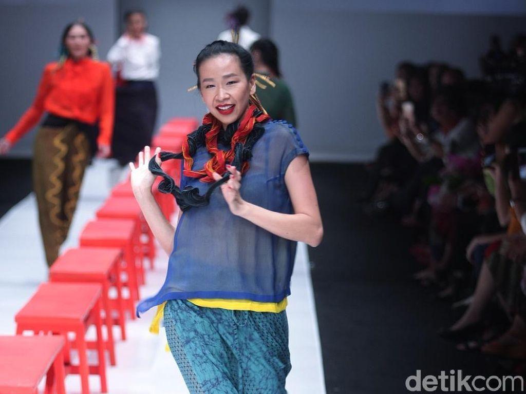 Foto: 9 Inspirasi Padu-padan Sneakers dan Kain Batik ala Obin
