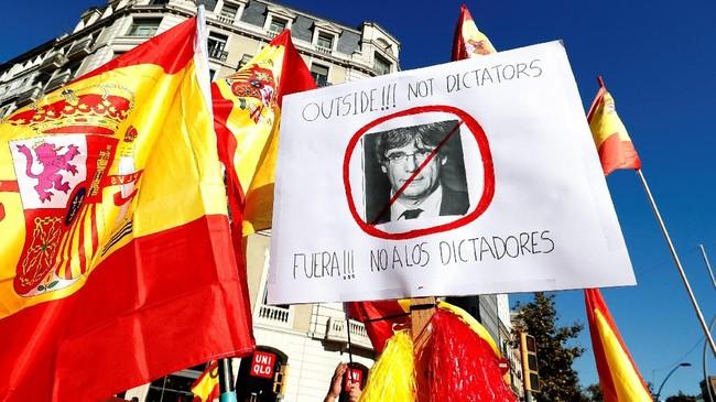Para demonstran juga mendesak pemerintah untuk segera menjebloskan pemimpin separatis Catalonia, Carles Puigdemont, ke penjara. Jaksa penuntut Spanyol memang akan mengajukan tuntutan pemberontakan atas Puigdemont. (Reuters/Yves Herman)