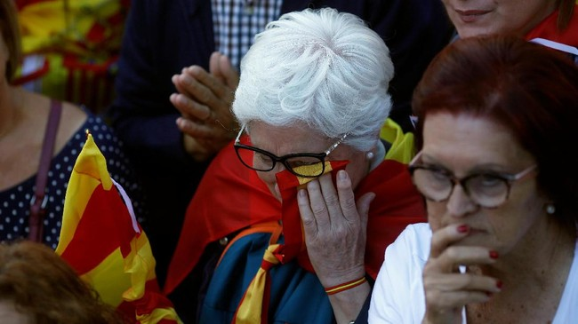 Puigdemont sendiri sudah kehilangan jabatannya sebagai Presiden Catalonia setelah mendeklarasikan kemerdekaan daerah itu, memupuskan impian warga Catalan yang ingin merdeka. (Reuters/Jon Nazca)
