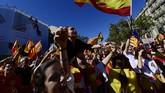 Seraya mengibarkan bendera Catalonia, Spanyol, dan Uni Eropa, mereka berteriak,