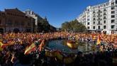 Ratusan ribu warga Catalonia memadati ruas-ruas jalan Barcelona pada Minggu (29/10), menyerukan protes terhadap keputusan pemerintah daerah mereka untuk memisahkan diri dari Spanyol. (AFP Photo/Lluis Gene)