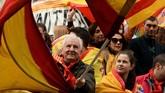 Sebagian besar peserta aksi menyebut diri mereka sebagai mayoritas penduduk Catalonia yang selama ini bungkam. (Reuters/Mary Turner)