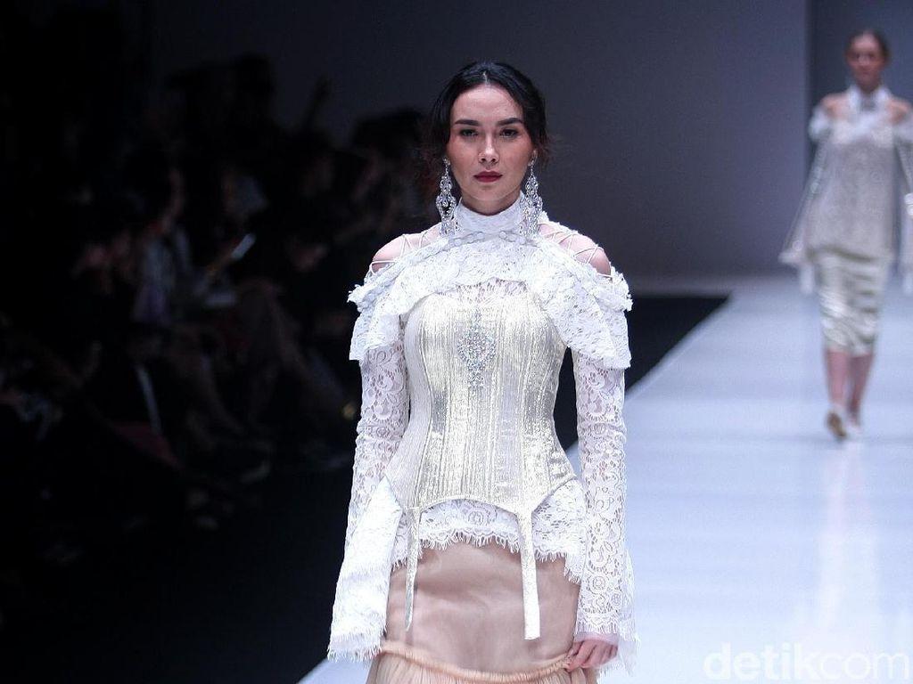 Foto: 14 Koleksi Terbaru Barli Asmara Terinspirasi Gaya Fashion Abad ke-16