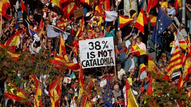 Hasil referendum pada 1 Oktober lalu memang menunjukkan bahwa sebagian besar dari dua juta pemilih menginginkan pemisahan diri dari Spanyol. Namun, masih ada 7,5 juta warga Catalonia yang tidak memilih. (Reuters/Rafael Marchante)
