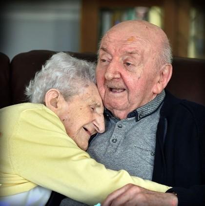 Kisah Manis Saat Ibu 98 Tahun Jaga Anaknya yang Berusia 80 Tahun
