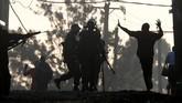 Secara keseluruhan, setidaknya 66 orang tewas akibat kekerasan yang terjadi seputar pemilu panas ini. (Reuters/Goran Tomasevic)