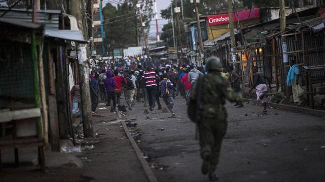 Kekerasan sebagian besar melibatkan demonstran dan polisi, tapi sebagian warga khawatir masalah ini merembet ke isu etnis setelah dua orang tewas akhir pekan kemarin.(AFP Photo/Patrick Meinhardt)