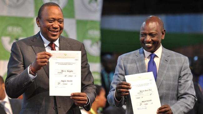 Kenyatta (kiri) bersama wakilnya William Ruto (kanan) memenangkan pemilu dengan suara 98 persen. (AFP Photo/Tony Karumba)