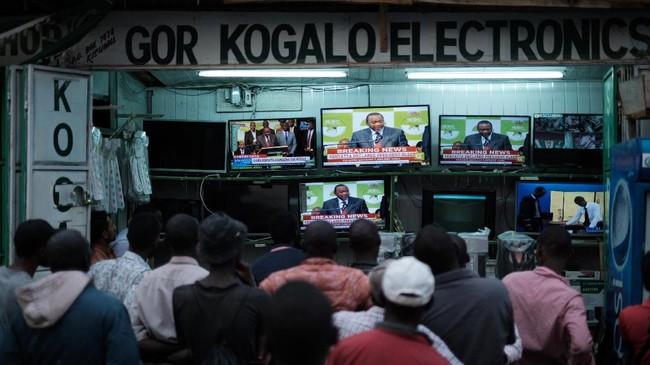 Presiden petahanan Kenya resmi dinyatakan memenangkan pemilu ulang yang sempat diboykot oposisi dan diwarnai friksi akibat protes pihak oposisi, Senin (30/1). (AFP Photo/Yasuyoshi Chiba)