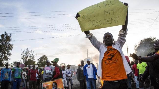Setelah memboykot pemilu sehingga hanya dihadiri 39 persen pemilih terdaftar, warga pendukung Raila Odinga kembali menggelar protes menanggapi pengumuman kemenangan Kenyatta. (AFP Photo/Patrick Meinhardt)
