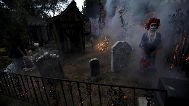 Selain berdandan dengan kostum, banyak juga penduduk AS yang membuat dekorasi seram di pekarangan rumahnya. Nuansa horror memang jadi lebih terasa.(REUTERS/Mario Anzuoni)