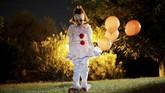 Seorang gadis cilik mengenakan kostum karakter badut dalam film 'It' di Sierra Madre, California, Amerika Serikat.(REUTERS/Mario Anzuoni)