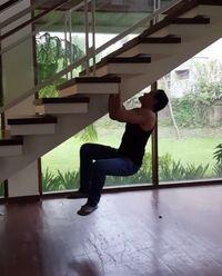 Tak hanya di tempat gym, Marcelino juga memanfaatkan tangga rumahnya sebagai tempat untuk berlatih lho. (Foto: Instagram @marcelinolefrandt)