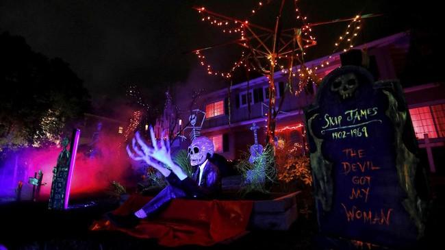 Ditambah tata lampu, dekorasi Halloween juga membuat rumah jadi bertambah seram.(REUTERS/Mario Anzuoni)