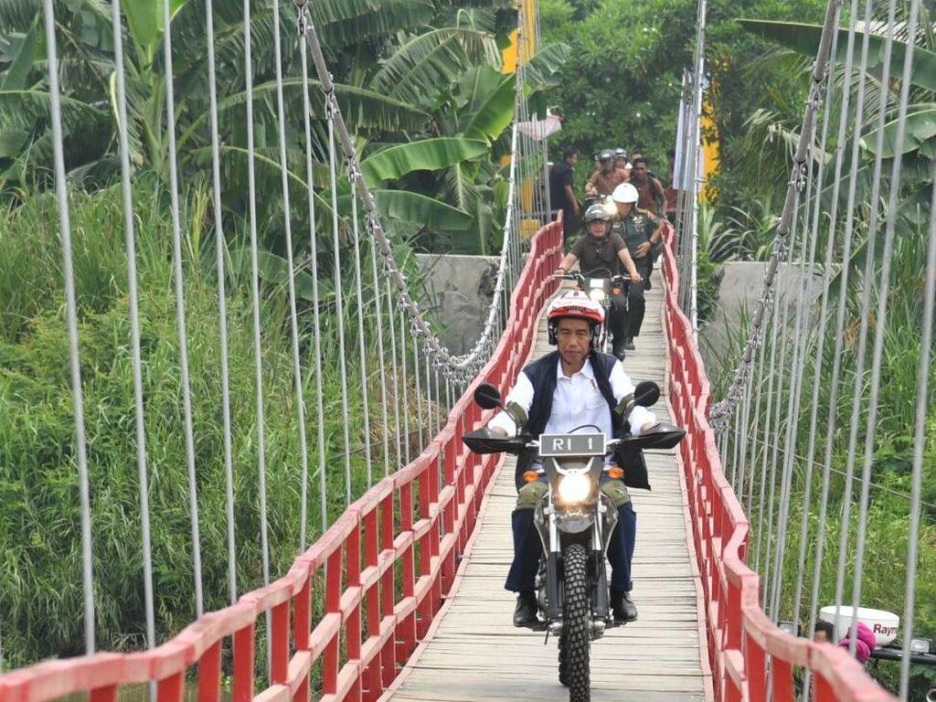 Presiden Joko Widodo juga mengendarai sepeda motor jenis trail saat meninjau lokasi tambak udang dan ikan bandeng di Muara Gembong, Bekasi. Foto: Biro Pers Setpres