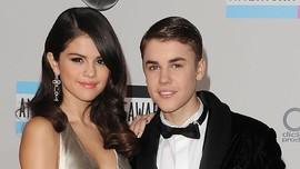 Selena Gomez Masih Menatapi Foto Lama bersama Justin Bieber