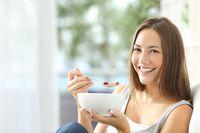 Glukomanan adalah serat yang membantu dalam menurunkan berat badan. Hal ini dilakukan dengan mengurangi penyerapan lemak di dalam tubuh, sehingga bisa meniadakan efek kalori. Glukomanan juga memberi rasa kenyang, sehingga Anda tak melulu merasa lapar dan ngemil junk food. Foto : Thinkstock