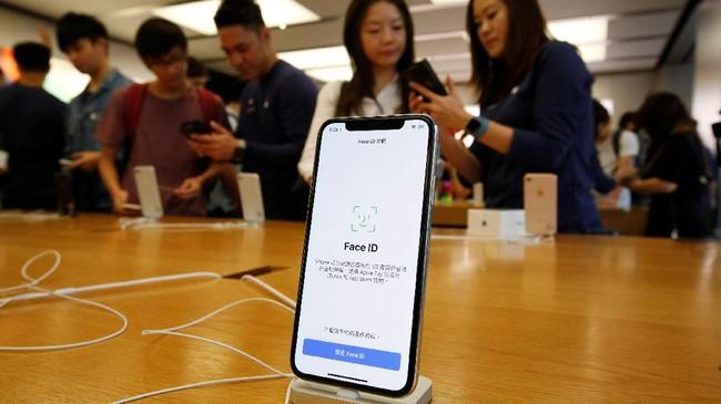 iPhone Xmenjadi ponsel cerdas pertama Apple yang harganya menyentuh angka USD1.000.(REUTERS/Bobby Yip)