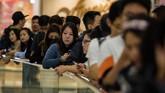 iPhone X juga dinanti oleh calon pembeli yang mengantri di Hong Kong. (AFP PHOTO / ANTHONY WALLACE)