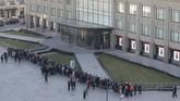 Selain di Singapura, antrian calon pembeli iPhone X juga terlihat di luar pusat perbelanjaan di Moscow, Rusia. (REUTERS/Tatyana Makeyeva)