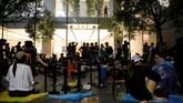 Sesuai tradisi, kemunculan ponsel pamungkas Apple kembali diantri oleh fanboy di Apple Store di Singapura, China, Jepang, hingga Jerman. (REUTERS/Edgar Su)