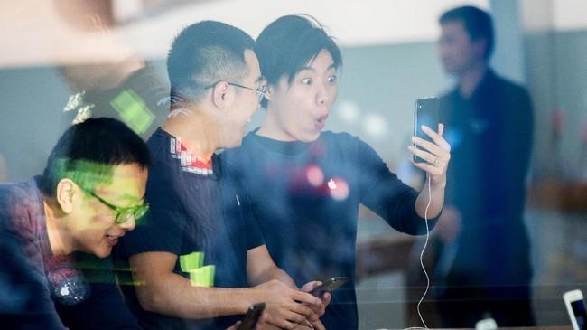 iPhone X menjadi perangkat pertama Apple yang dibekali fiturApple FaceID untuk membuka layar ponsel dan mengamankan data.(AFP PHOTO / STR / China OUT)
