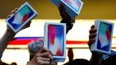 Pengantri iPhone X bersorak usai berhasil membawa pulang iPhone X. (REUTERS/David Gray TPX IMAGES OF THE DAY)