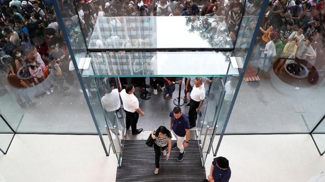 Apple mengungkap kemunculan iPhone X sebagai penanda hari jadi iPhone satu dekade yang diluncurkan perdana pada 2007 lalu. (REUTERS/Edgar Su)