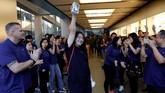 Sala satu pembeli pertama iPhone X tampak bahagia saat meninggalkan Apple Store di beijing, China. (REUTERS/Damir Sagol)