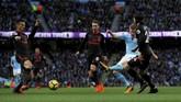 Manchester City unggul 1-0 pada menit ke-19 setelah Kevin De Bruyne membobol gawang Petr Cech setelah menerima umpan dari Fernandinho. (Action Images via Reuters/Lee Smith)