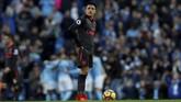 Winger Arsenal Alexis Sanchez hanya bisa diam ketika Manchester City mencetak gol. Kemenangan atas Arsenal membuat ManCity semakin kukuh di puncak klasemen dengan 31 poin, unggul delapan poin atas Manchester United. (Action Images via Reuters/Lee Smith)