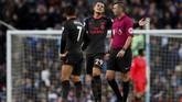 Gelandang Arsenal Granit Xhaka dan Alexis Sanchez melakukan protes kepada wasit Michael Oliver karena menganggap David Silva dalam posisi offside sebelum mengirim umpan ke Gabriel Jesus. (Action Images via Reuters/Lee Smith)